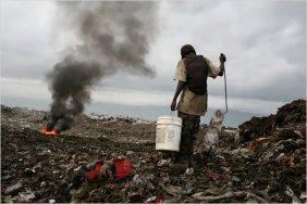 Οι Αϊτινοί μαζεύουν τροφή ή οτιδήποτε άλλο χρήσιμο σε μια χωματερή στο Port au Prince