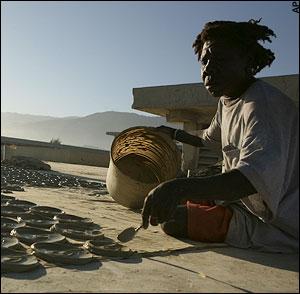 Η Kiskey, 43 ετών, φτιάχνει μπισκόταπό λάσπη στη στ�γη του Fort Dimanche, που ήταν κάποτε φυλακή, στο Port-au-Prince