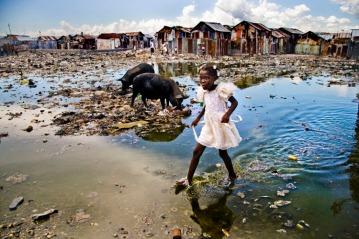 Φωτογραφία της χρονιάς 2008, βραβείο UNICEF, της Βελγίδας φωτογράφου Alice Smeets, 21 ετών. Προ�ρχεται από την παραγκούπολη Cité Soleil, του Port au Prince