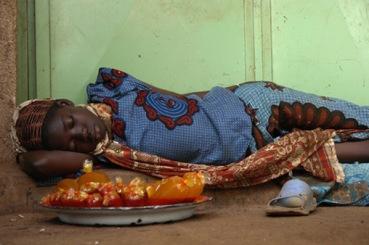 Ο μεσημεριανός υπνάκος της πωλήτριας χυμών, Mali, 2006 του Sébastien Cailleux