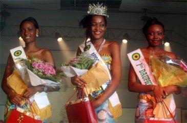 """Η Miss Gabon 2009 και οι """"δελφίνες"""" της, Libreville, Gabon, 20 Δεκεμβρίου 2008, του Pierre Eric Mbog Batassi"""