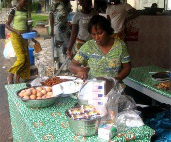 Πωλήτρια στο Adjé-Abidjan, Côte d'Ivoire, Δεκέμβριος, 2007, του Mame Diarra Diop
