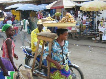 Πωλήτρια λαχανικών στο Cotonou, Bénin, Νοέμβριος 2007, του Franck Salin