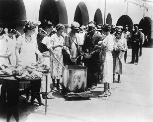 Γυναίκες σερβίρουν σούπα και ψωμί στους άνεργους, κατά τη διάρκεια της Μεγάλης Ύφεσης