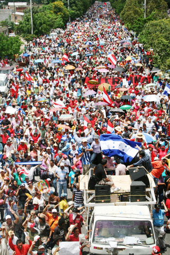 4 Ιουλίου : Εκατοντάδες χιλιάδων ανθρώπων στους δρόμους
