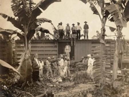 Γουατεμάλα, αρχές της δεκαετίας του 1950, το φόρτωμα της μπανάνας στην επιχείρηση. United Fruit εργαζομένων στην Ονδούρα. Οι άνθρωποι είναι φτωχοί στην Ονδούρα επειδή για αιώνες οι άνθρωποι της έχουν υποτελείς, πρώτα σε μια ισπανική ελίτ, και τους απογόνους τους, και αργότερα στη Βόρεια εταιρείες φρούτων Αμερικής. Το 1899, η εταιρεία Standard Fruit αποσταλεί η πρώτη μπανάνας από την Ονδούρα στις Ηνωμένες Πολιτείες. Μια μπανάνα Δημοκρατία γεννήθηκε. Για την προστασία των αμερικανικών εταιρικών συμφερόντων στην Ονδούρα, πεζοναύτες των ΗΠΑ παρενέβη στην Ονδούρα το 1903, 1907, 1911, 1912, 1919, 1924, και 1925. - Guatemala, beginning of decade 1950, the loading of banana in the enterprise: United Fruit workers in Honduras. People are poor in Honduras because for centuries its people have been vassals, first to a Spanish elite, and their descendents, and later to North American fruit corporations. In 1899, the Standard Fruit Company shipped the first banana out of Honduras to the United States. A banana Republic was born. To protect American corporate interests in Honduras, U.S. Marines intervened in Honduras in 1903, 1907, 1911, 1912, 1919, 1924, and 1925. - Guatémala, débuts de la décennie de 1950, le chargement de la banane à l'entreprise. Travailleurs United Fruit au Honduras. Les gens sont pauvres au Honduras parce que pendant des siècles les gens ont été vassaux, d'abord à une élite espagnole, et de leurs descendants, et plus tard aux sociétés de fruits en Amérique du Nord. En 1899, la Standard Fruit Company a expédié le premier banane hors du Honduras aux États-Unis. Une république bananière est né. Afin de protéger les intérêts des entreprises américaines au Honduras, des Marines américains sont intervenus au Honduras en 1903, 1907, 1911, 1912, 1919 1924 et 1925. [Enlarge-agrandir-μεγαλώστε]