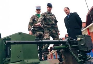 Χτες: Ο Ολλάντ επιθεωρεί το στράτευμα - Yesterday: Hollande inspects the troops - Hollande inspecte les troupes  [Enlarge-agrandir-μεγαλώστε]