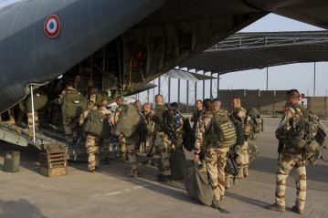 Photo credit: AP | French soldiers of the 21st Marine Infantry Regiment boarding a flight to Bamako, the capital of Mali, at the N'Djamena airport in Chad. (Jan. 11, 2013) [Enlarge-agrandir-μεγαλώστε]
