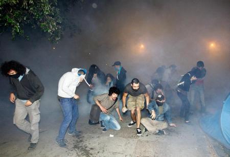 Αστυνομικές δυνάμεις καταφεύγουν στη χρήση δακρυγόνων για να διαλύσουν τους διαδηλωτές, οι οποίοι έχουν μπλοκάρει την κατεδάφιση του τελευταίου πρασίνου δημόσιου χώρου στο κέντρο της Κωνσταντινούπολης. - Police forces resort to tear gas to try to disperse the local demonstrators, who had blocked the demolition of the last green public space in the center of Istanbul. AA photo - Les forces de police ont recours à des gaz lacrymogènes pour tenter de disperser les manifestants locaux, qui avaient bloqué la démolition du dernier espace vert public dans le centre d'Istanbul. AA photo. Police clashes with Taksim's Gezi Park protesters (80 photos)  [Enlarge-agrandir-μεγαλώστε]