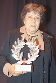 """10ο Φεστιβάλ Ντοκιμαντέρ Θεσσαλονίκης – Εικόνες του 21ου Αιώνα,  7-16 Μαρτίου 2008: Βραβείο για το ντοκιμαντέρ μεγάλου μήκους που συνοδεύεται από το ποσό των 3.000 € απονέμεται στην ταινία """"Πουλιά στο Βάλτο"""". Η σκηνοθέτις Αλίντα Δημητρίου, παραλαμβάνει το βραβείο της από το Ελληνικό Κέντρο Κινηματογράφου - 10th Thessaloniki Documentary Festival - Images of the 21st Century March 7-16, 2008: Reward for the documentary of big length accompanied by the amount of 3.000 € is granted for her film """"Birds in the Swamp."""" The director Alinda Dimitriou, receives her award from the Greek Film Center - 10ème Festival documentaire de Salonique - images des 7-16 mars 2008 du 21ème siècle: Prix pour le documentaire long-metrage accompagné du montant de 3.000 € est accordée à Alinda Dimitriou pour son film """"Les oiseaux dans le marais». La scenatrice Alinda Dimitriou, reçoit son prix du Centre Grec de Film [Enlarge-agrandir-μεγαλώστε]"""