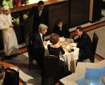 """Το Ζεστό Δείπνο του Κέρι με τον «Χίτλερ» της Συρίας - Kerry's cosy dinner with Syria's """"Hitler"""" - Le Dîner Chaleureux de Kerry avec le « Hitler » de la Syrie. Via[Enlarge-agrandir-μεγαλώστε]"""