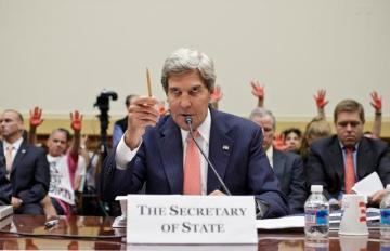 Διαδηλωτές σηκώνοντας τα κόκκινα βαμμένα χέρια τους στέκονται πίσω από τον ΥΠΕΞ Kerry - Protesters holding up their red painted hands stand behind Secretary of State John Kerry - Des manifestants brandissant leurs mains peintes en rouge sont derrière le secrétaire d'État John Kerry. via [Enlarge-agrandir-μεγαλώστε]