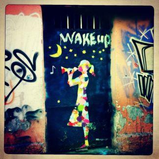 """Το θέμα «ξυπνάτε», χρησιμοποιείται ευρέως στα γκράφιτι. Ένα από τα δώδεκα αστέρια -όπως στην ευρωπαϊκή σημαία- πέφτει. - The theme of """"Wake Up"""", is widely used in graffiti. One of the twelve stars -like on the European flag- is falling. - Le thème du """"réveil"""", abondamment exploité sur les graffitis. L'une des douze étoiles –comme sur le drapeau européen– est en train de tomber. [Μεγαλώστε - Enlarge - Agrandir]"""