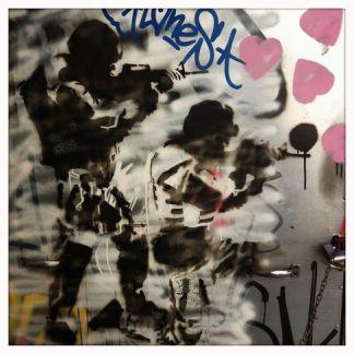 Πολλά γκράφιτι στοχεύουν επίσης την αστυνομία. - Many graffiti are also targeting the police. - De nombreux graffitis s'en prennent d'ailleurs aux forces de l'ordre. [Μεγαλώστε - Enlarge - Agrandir]