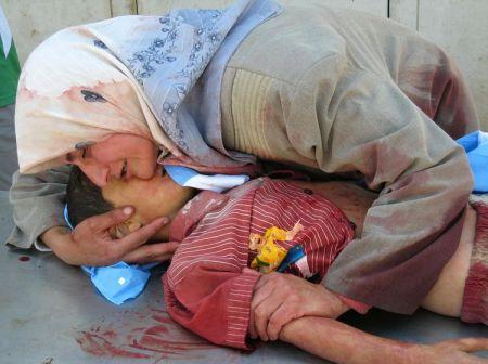 Ιρακινή μάνα οδηγεί το παιδί της στο νεκροτομείο στη Βόρεια Βαγδάτη,16 Σεπτεμβρίου 2007