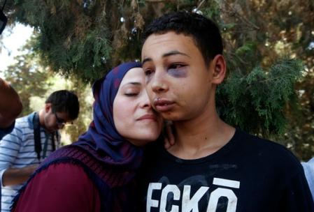 Tariq Abu Khdeir and his mother [Μεγαλώστε - Enlarge - Agrandir]