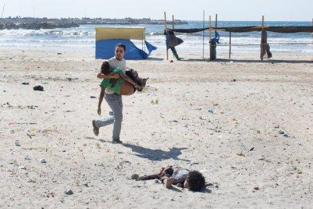 Στον απόηχο μιας αεροπορικής επιδρομής σε μια παραλία στην πόλη της Γάζας την Τετάρτη 16-07-2014. Τέσσερα μικρά Παλαιστίνια αγόρια, όλα ξαδέλφια, σκοτώθηκαν. Credit Tyler Hicks, The New York Times - The aftermath of an airstrike on a beach in Gaza City on Wednesday 16-07-2014. Four young Palestinian boys, all cousins, were killed. Credit Tyler Hicks,The New York Times - A la suite d'un raid aérien sur une plage dans la ville de Gaza le mercredi 16-07-2014. Quatre jeunes garçons palestiniens, tous cousins, ont été tués. Crédit Tyler Hicks, le New York Times