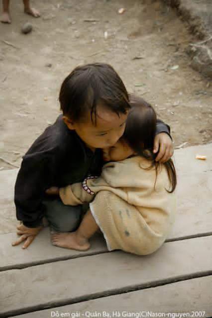 Ένα αγόρι και η μικρή αδελφή του στο χωριό του Cán Tỷ, στη βιετναμέζικη επαρχία της Hà Giang τον Οκτώβριο του 2007-This is my photo about two Vietnamese Hmong ethnic children taken in 2007 in Ha Giang province, it's not about Nepal-Un garçon et sa petite sœur, dans le village de Cán Tỷ, dans la province vietnamienne de Hà Giang, en octobre 2007. by (Na Son Nguyen)